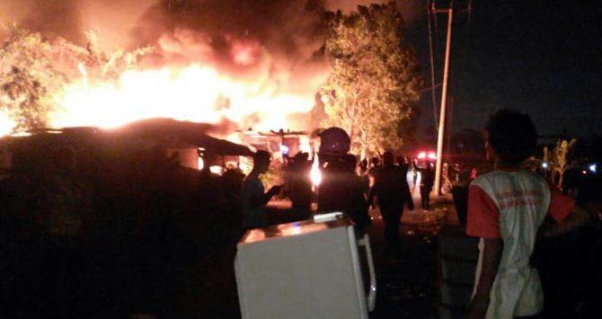 KEBAKARAN: Api nampak membesar menghanguskan puluhan rumah semi permanen di Jalan Gedebage RT 04/05 Kelurahan Cisaranteun Kidul, Gedebage, Kota Bandung, Sabtu (2/6) malam./ via JP