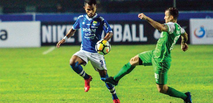 MELEWATI: Ardi Idrus mencoba melewati pemain Bhayangkara FC di Stadion GBLA, Kota Bandung, Kamis (31/5). Persib harus kalah dari tamunya (0-1). RIANA SETIAWAN / RADAR BANDUNG