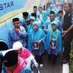 PERSIAPAN KEBERANGKATAN : Sejumlah calon jamaah Haji saat akan berangkat ke asrama haji Pondok Gede, Jakrta Timur dari Balikota Depok, beberapa waktu lalu. Ahmad Fachry/Radar Depok