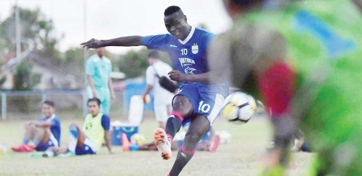 Ezechiel N'Douassel menendang bola ke gawang saat latihan bersama tim Maung Bandung. Ist