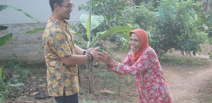 Arief Iskandar Sekjen Soksi Purwakarta, saat bersalaman dengan Mak Enah di Desa Darangdan saat berbagi Takjil./Foto: Istimewa