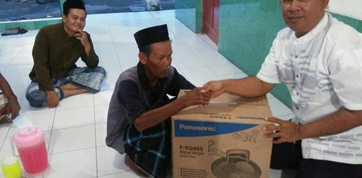 Pemberian bantuan kepada masyarakat. Foto: Bagja/pojokjabar.com
