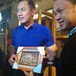 Bima Arya Sugiarto memberikan cendra mata saat berkunjung ke UMKM di Mall Botani, foto/adi