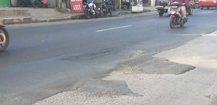 JALAN BERGELOMBANG: H-4 Lebaran sejumlah pemudik yang melintasi Jalur Bandung-Cirebon tepatnya di Jalan Ir Soekarno Jatinangor mengeluhkan kondisi jalan bergelombang. TOHA HAMDANI/RADAR SUMEDANG