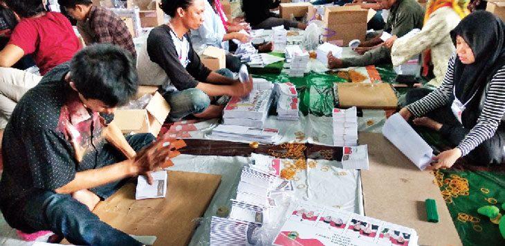 LIPAT: Sekitar 116 petugas sortir lipat sedang melipat surat suara Pilgub Jabar 2018 di Gudang KPU Kota Depok, Jalan Agus Salim Kp. Sidamukti RT04/21 Kelurahan Sukamaju, Cilodong, Senin (4/6).Ricky/Radar Depok