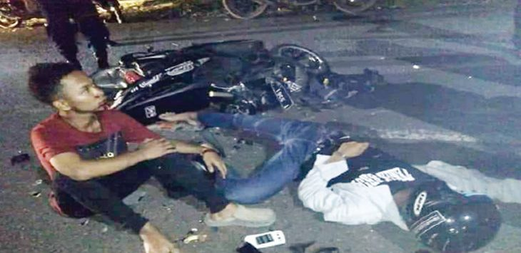 TERKAPAR: Salah satu korban terkapar di jalan raya usai menabrak angkot.