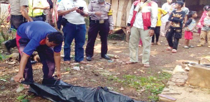 DIMAKAMKAN: Jenazah Iat langsung dimakamkan pihak keluarga setelah ditemukan. Gani/Radar Karawang