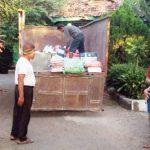 TURUNKAN LOGISTIK : Logistik Pilgub Jawa Barat tengah diturunkan di kantor PPK Jatisari dari truk. Tidak lama lagi logistik tersebut akan didistribusikan ke PPS yang tersebar di wilayah Kecamatan Jatisari. Fauzi/Radar Karawang