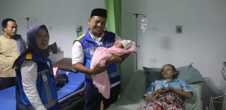 PT Jasa Marga menjenguk Ibu yang melahirkan di dalam mobil di Tol Cipularang KM 88. .Foto: via Jawapos