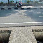 MEMBAHAYAKAN: Tampak lubang besar yang tak tertutup di kawasan pedestrian Jalan Margonda Raya, Rabu (20/6). Hal tersebut tentunya sangat membahayakan bagi pengguna jalan yang melintas. Ahmad Fachry/Radar Depok
