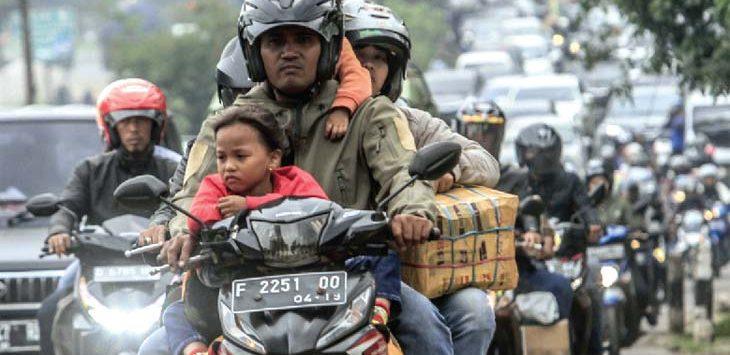 SESAK: Pemudik sepeda motor melintas di Jalan Bandung-Garut pada H-1 Jelang Idulfitri di Kabupaten Bandung, Tahun lalu. RIANA SETIAWAN/RADAR BANDUNG