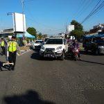 Petugas kepolisian tampak membawa penutup jalan untuk menutup bundaran Kedawung, yang terjadi penumpukan kendaraan. Foto: Alwi/pojokjabar.com