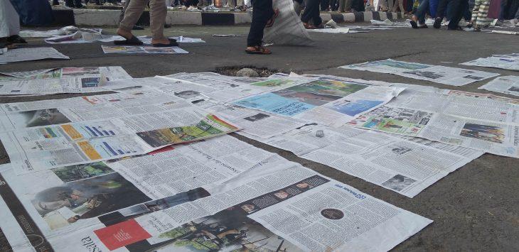 Sampah koran berserakan di sekitar Lapang Merdeka, Sukabumi, Jumat (15/6)./Foto: via Rmol