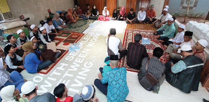 KEBAIKAN: Satgas Bela Negara Pasar Kemirimuka mengadakan kegiatan buka puasa bersama dengan anak-anak yatim. I MMAWAN/RADAR DEPOK