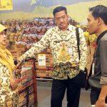 SIDAK: Kepala Disperindagin Kota Depok Kania Parwanti dan Kepala Bidang Perdagangan Anim Mulyana saat melakukan sidak di salah satu swalayan di Kota Depok pasca Lebaran, Kamis (21/6). Irwan/Radar Depok