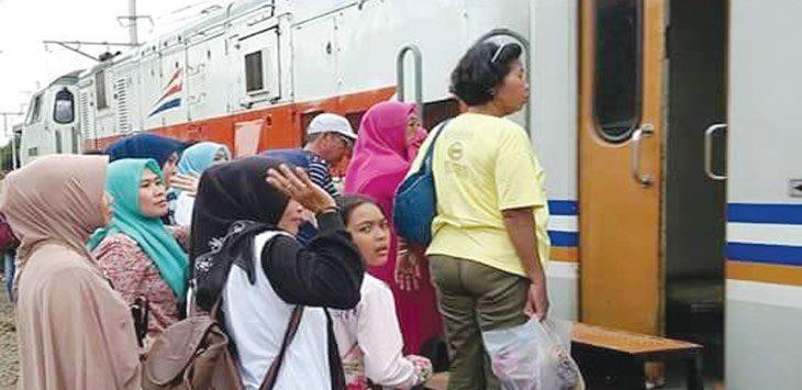 MUDIK: Sejumlah penumpang sudah mulai memadati stasiun kereta api di Purwakarta. Gani/Radar Karawang