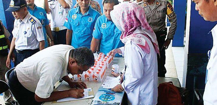 DIPERIKSA: Proses pemeriksaan urine para sopir angkutan umum dalam rangka Operasi Ketupat Lodaya 2018. Agung Gunawan/Radar Sumedang