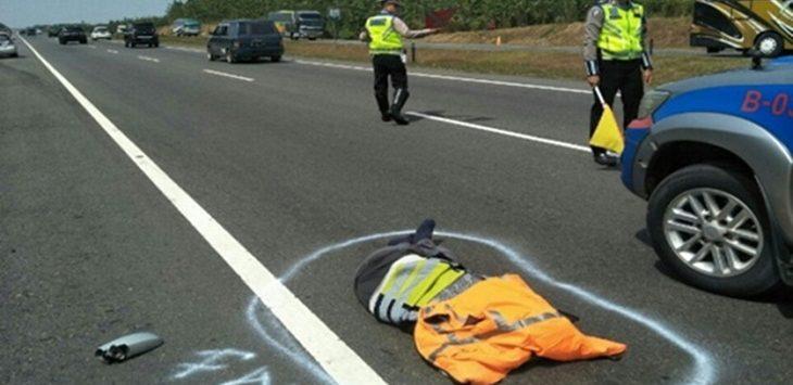DITABRAK: Petugas Tol Cipali menjadi korban ditabrak oleh pemudik yang diduga mengantuk di Km 126.200./Foto: via Jawapos