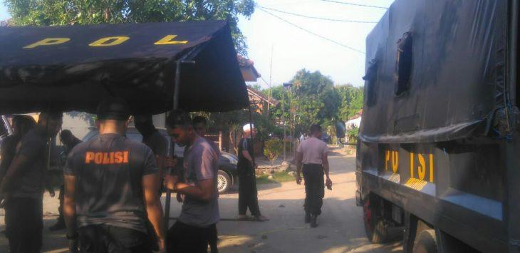 Polisi sedang mendirikan tenda keamanan. Foto: Alwi