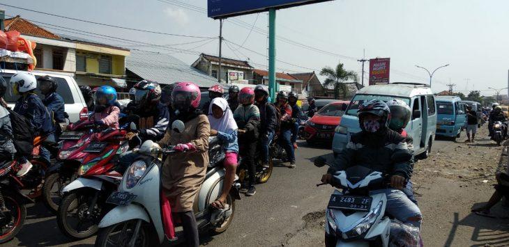 Suasana arus lalu lintas jalan Raya Pasar Plered yang mulai padat dengan volume kendaraan. Foto: Alwi