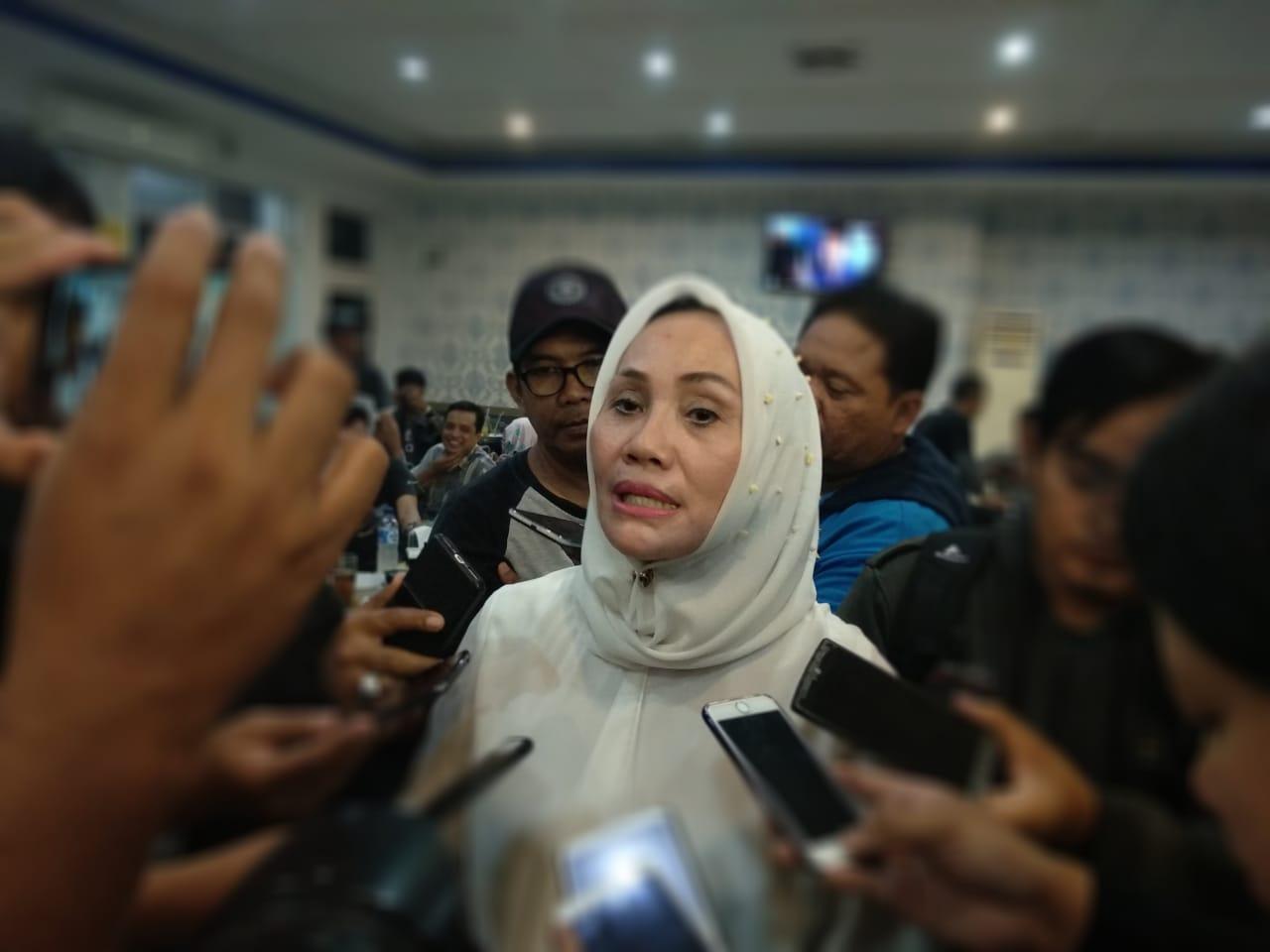 Eti Herawati, Wakil Calon Walikota Cirebon yang berpasangan dengan Azis saat dimintai keterangan kondusifitas Pilkada. Foto: Alwi