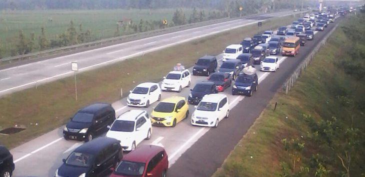 Antrean kendaraan di Tol Cipali, Minggu (10/6/2018)./Foto: Ade