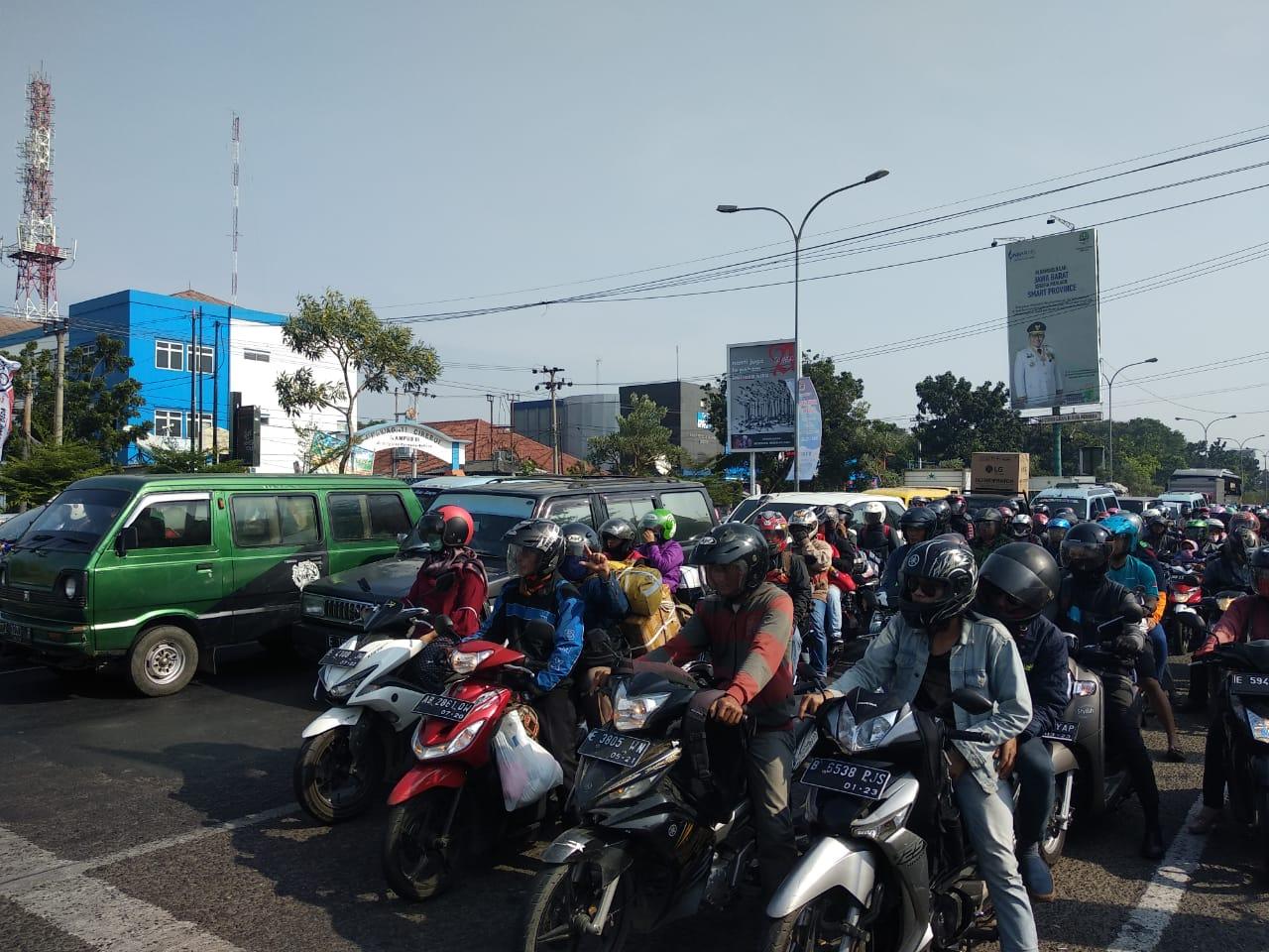 Kondisi arus kendaraan roda dua di jalur Pantura Kota Cirebon yang mencapai 120 unit permenit, melintasi jalur ini. Foto: Alwi