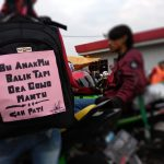 Kalimat menggelitik para pemudik yang sengaja dipasang di tas, sebagai hiburan. Foto: Alwi