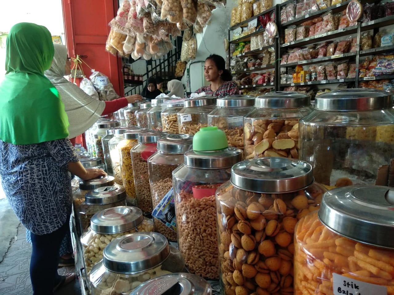 Toko kue kering khas Cirebon yang terus diburu masyarakat untuk jamuan lebaran. Foto: Alwi