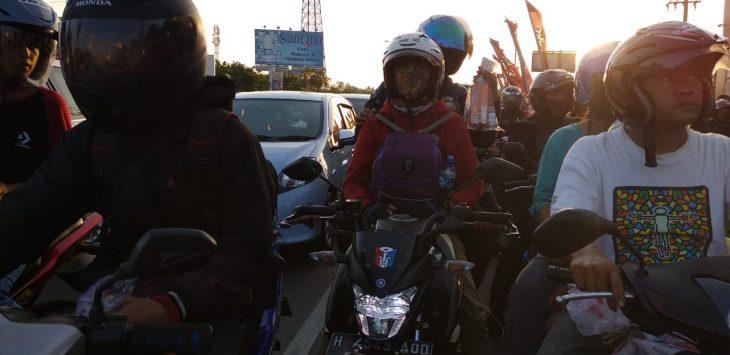 Kepadatan jalur Pantura Cirebon Kota yang didominasi kendaraan roda dua. Foto: Alwi/