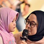 Nissa Sabyan bersama gadis cilik Qisya