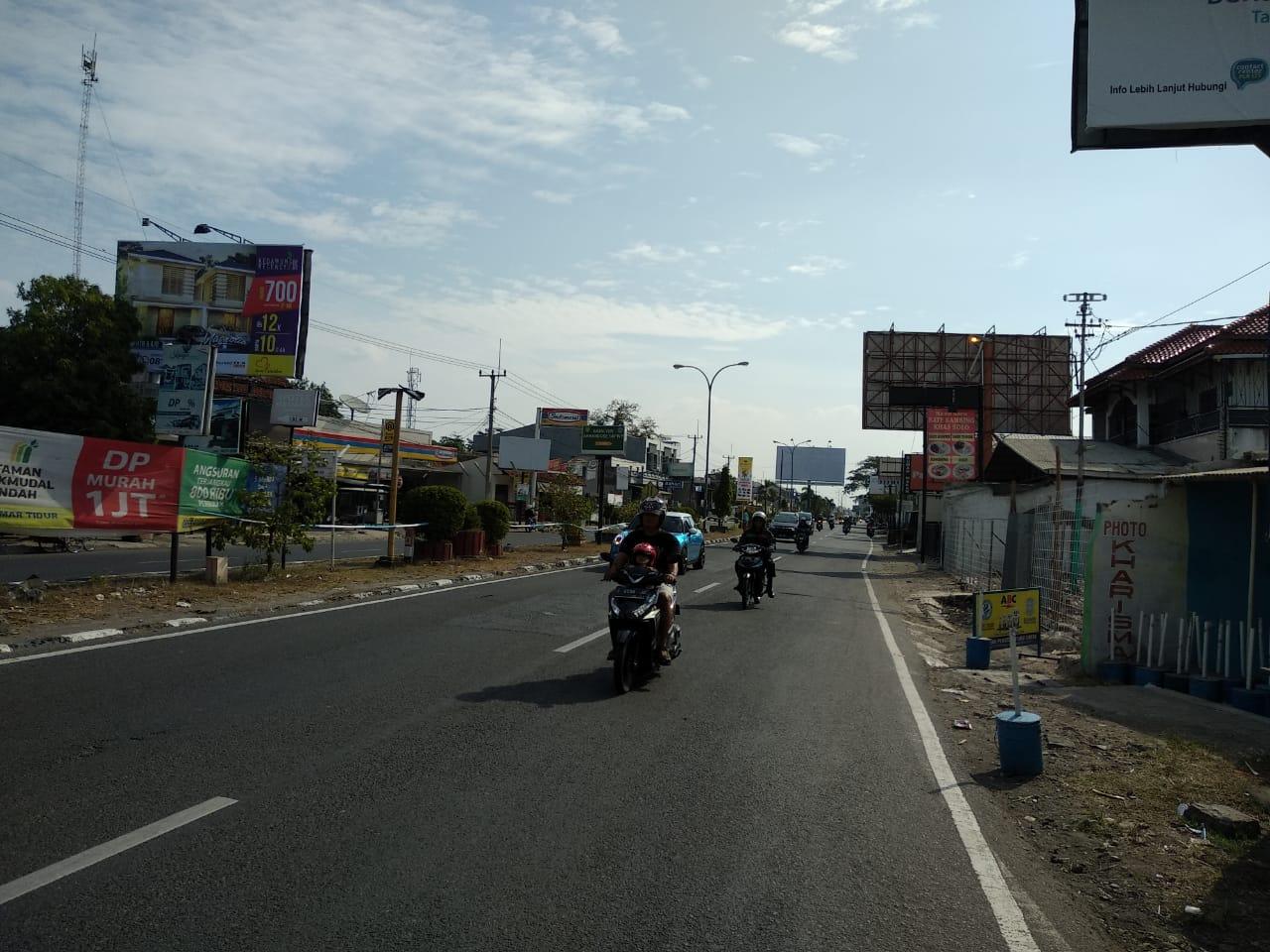 Jalan Kedawung yang lengang dari kendaraan pemudik. Foto: Alwi