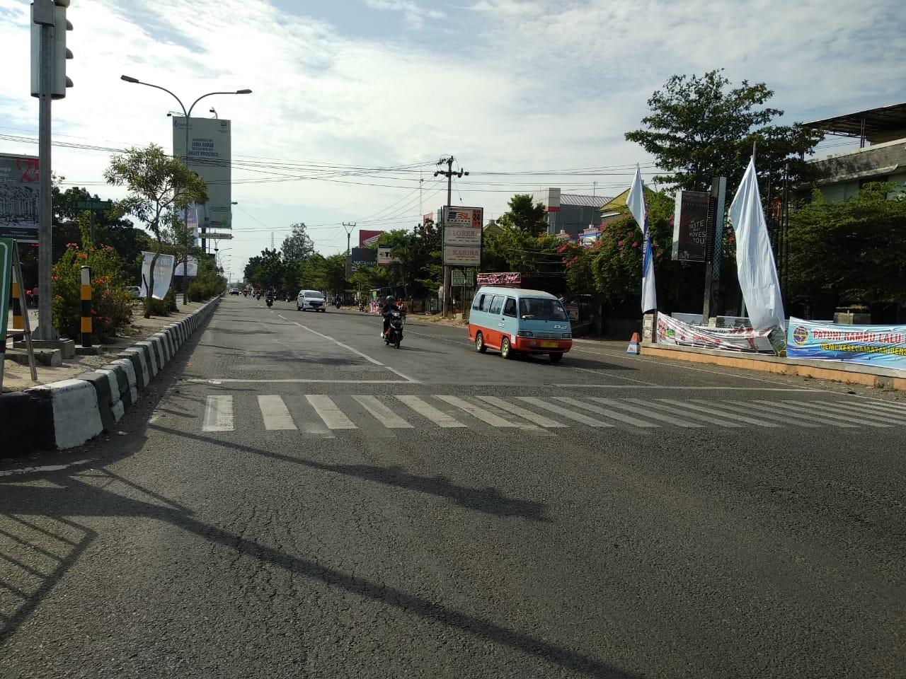 Perempatan lampu merah Jalan Pemuda yang lengang dari kendaraan pemudik. Foto: Alwi