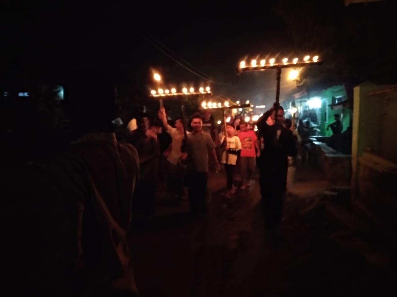 Remaja Blok Sladolor, Desa Bangodua, Kecamatan Klangenan, berjalan kaki mengadakan takbir keliling. Foto: Alwi