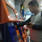 Salah satu penumpang KA Cirebon yang sedang membayar tiket kereta. Foto: Alwi/
