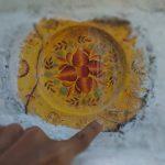 Simbol Freemasonry yang berada di situs makam Sunan Gunung Jati. Gambar jangka serta penggaris, dan huruf G yang menunjukan misi Gold, Glory dan Gospel terlihat jelas di keramik piring tersebut. Foto: Alwi