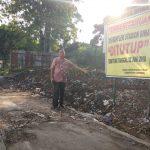 Ketua RT 05, Desa Kalikoa, Bambang (70), saat berdiri di lokasi TPS ilegal kawasan Bima yang ditutup oleh Pemkab Cirebon. Foto: Alwi