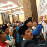 Peserta Konferensi Pers KNPI tanda tangan dukung bersih dalam Pemilihan Bupati Kabupaten Bogor 2018, Cibinong, Kabupaten Bogor, Senin (25/6/2018).