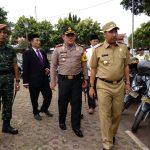 Pjs Walikota Cirebon, Dedi Taufik, saat mengecek kendaraan keamanan pihak kepolisian yang akan menjadi perangkat berlangsungnya keamanan Pilkada Cirebon 2018. Foto: Alwi