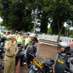 Pjs Walikota Cirebon, Dedi Taufik, saat mengepal tangannya mengecek rompi plastik petugas kepolisian guna pengamanan Pilkada serentak di Kota Cirebon. Foto: Alwi/
