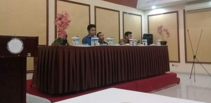 Panwaslu Kabupaten Purwakarta, saat bertemu dengan puluhan wartawan Purwakarta dan Pemantau pemilu di salah satu hotel yang ada di Purwakarta, Senn (25/6/2018)./Foto: Ade