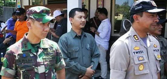 Dandim 0619 Purwakarta Letkol.Inf.Ari Maulana saat memantau penghitungan suara (kiri) bersama dengan Kapolres Purwakarta (Kanan)./Foto: Ade
