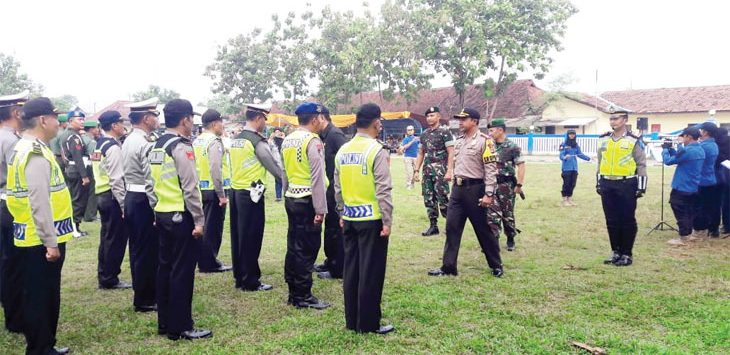 APEL: Pasukan TNI dan Polri serta unsur pemerintah setempat lakukan apel jelang arus mudik. Gani/Radar Karawang