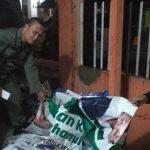 MASA TENANG: Panwas dibantu Satpol PP bersihkan alat peraga kampanye Pilgub Jabar, mengingat sudah masuk masa tenang.
