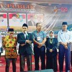 DIBATALKAN: Ketua KPU Kota Sukabumi, Hamzah (tengah) saat menjelaskan alasan pembatalan debat publik Pilwalkot ke-2 kepada para Paslon dan Tim Paslon masing-masing peserta pemilu.
