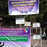 MINTA HAK: Spanduk tuntutan kepada pihak managemen terpasang di pintu gerbang Hotel Surya Indah.