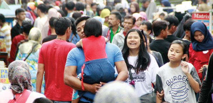 TUMPAH RUAH: Masyarakat memadati pusat perbelanjaan di Kota Sukabumi untuk memenuhi kebutuhan lebaran baik itu untuk keluarga maupun sanak saudaranya.