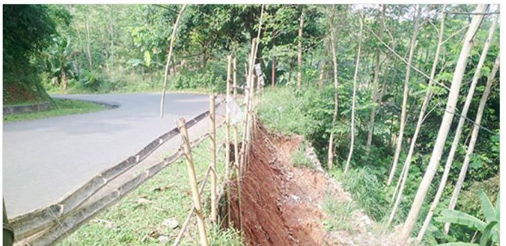 HATI-HATI: Jalan Raya Jampangtengah – Lengkong di Kampung Bungur, Desa Bojongjengkol, Kecamatan Jampangtengah amblas sepanjang 12 meter.