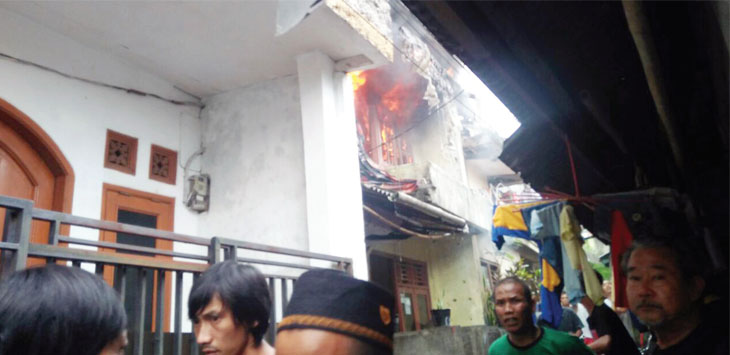 PANIK: Sejumlah warga terlihat panik saat melihat api di salah satu rumah warga milik Eti Sumiati, (57) Gang Satria Cipoho RT 3/05, Kelurahan Cikondang, Kecamatan Citamiang, kemarin (12/