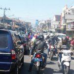 ERGANGGU: Di ruas jalan Cisaat arus lalu lintas tersumbat akibat adanya iring-iringan karnaval madrasah.